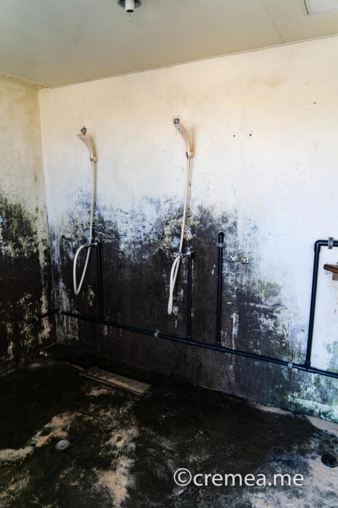 ニシ浜のシャワールーム室内2|SONY α7Ⅲで撮影